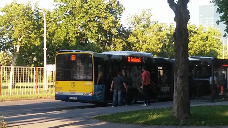 Zena-ispala-iz-autobusa