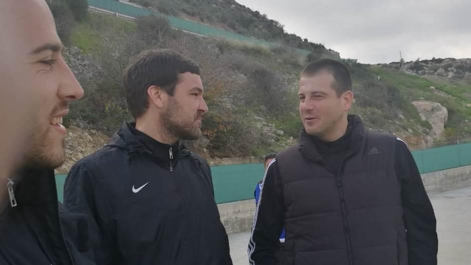 Fudbaleri Partizana Nemanja Miletić i Vladimir Stojković u razgovoru sa Nenadom Lalatovićem