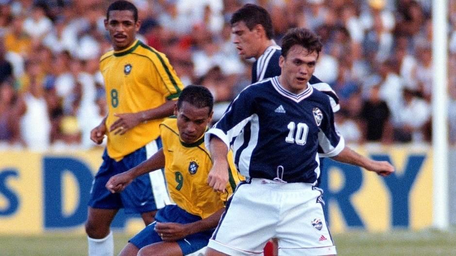"""Dejan """"Rambo"""" Petković prolazi pored Milera, fudbalera Brazila. Sao Luis, 1998. godine."""