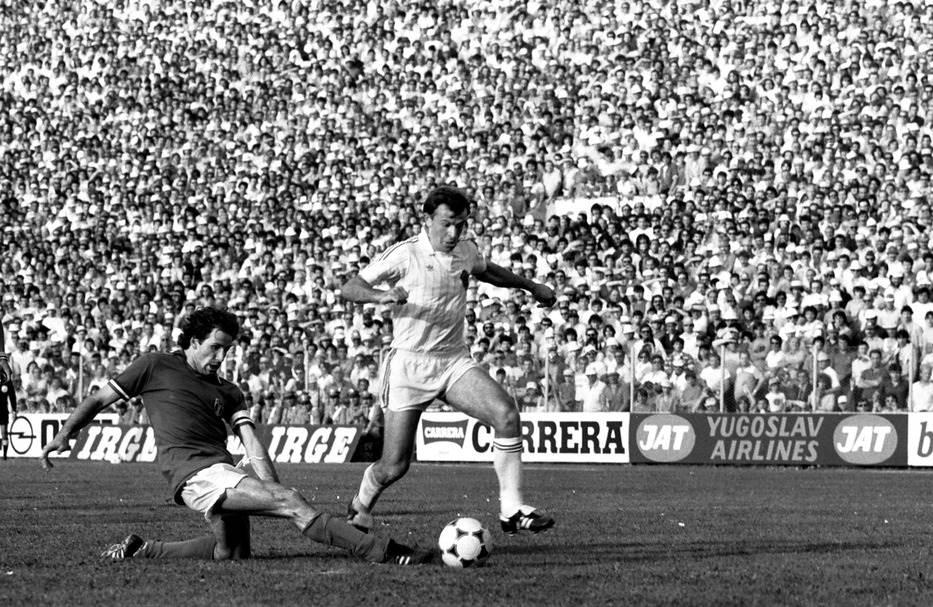 Fudbaler olimpijske reprezentacije Jugoslavije Branko Bošnjak u duelu sa Frankom Barezijem (Padova, 8. jun 1983. godine)