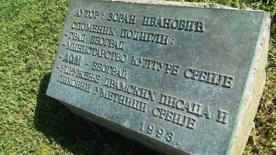 SRAMOTA: Odvaljen deo Nušićevog spomenika (VIDEO)