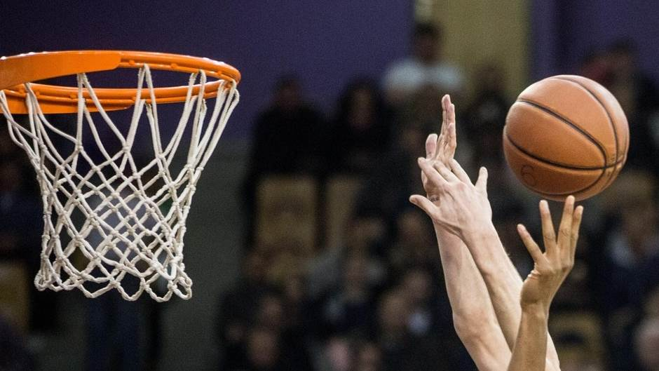 košarka kosarka obruc obruč mrežica lopta ruke duel pokrivalica