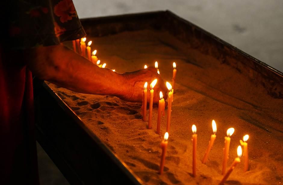 sveće vernici spc crkva sveća