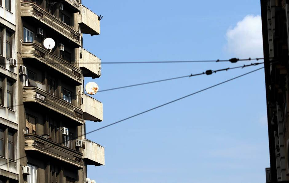 zgrada, stan, terasa, struja, kablovi, satelitska antena, stanari,
