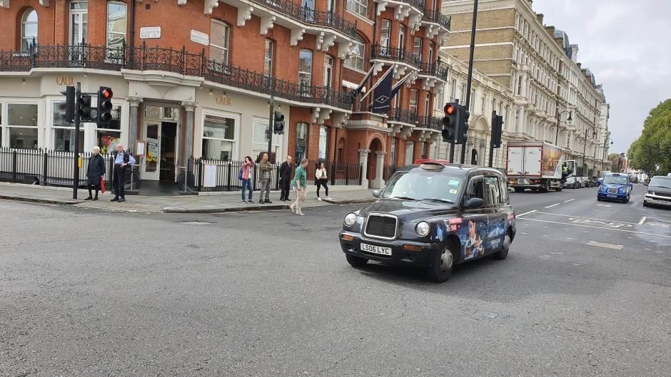 Londonski crni taksi prelazi Lamanš (FOTO)