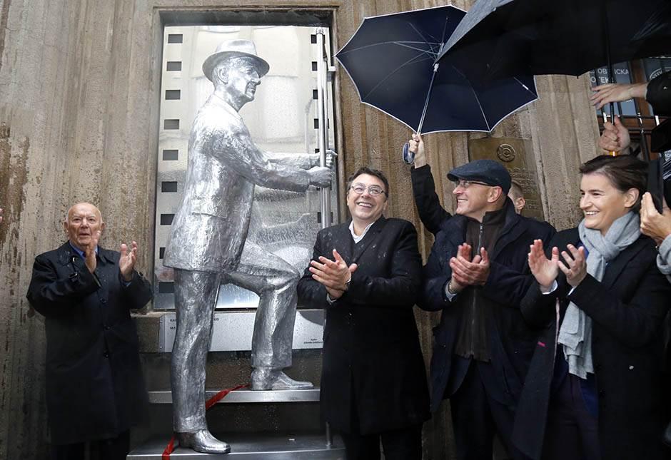 Spomenik Karlu Maldenu ispred Kinoteke