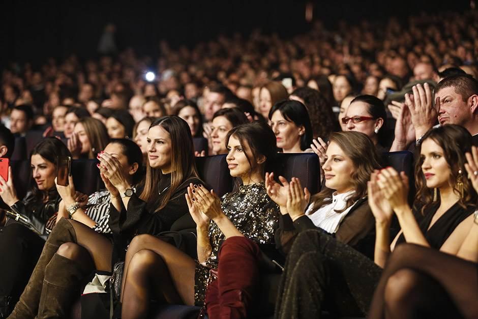 Izvedite žene, bando tviteraška! (FOTO, VIDEO)