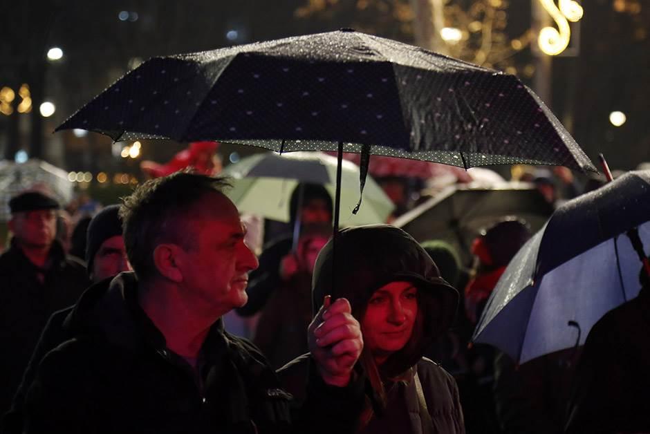 Doček ispred Skupštine uz S.A.R.S i kišu
