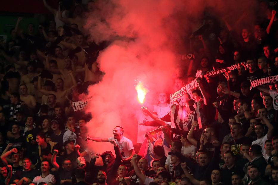 Grobari, navijači Partizana, baklja, baklje, bakljada