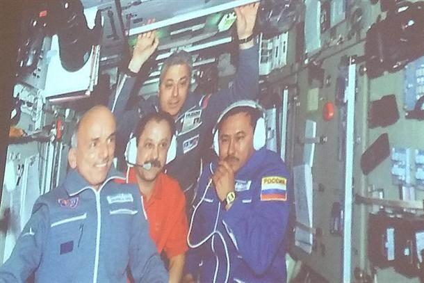 Jurij Baturin u svemiru (gore na slici).