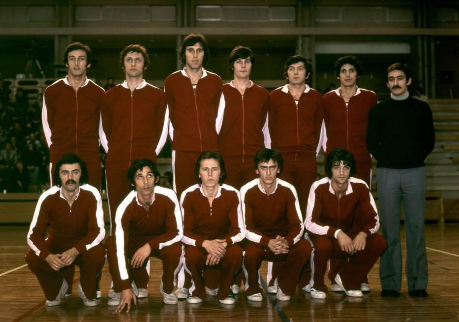 """""""Skenderija"""", 1975. godina: Varajić, Bosiočić, Radovanović, Benaček, Krvavac, Đogić, Tanjević, trener KK Bosna Terzić, Pešić, Hadžić, Ostojić, Delibašić."""