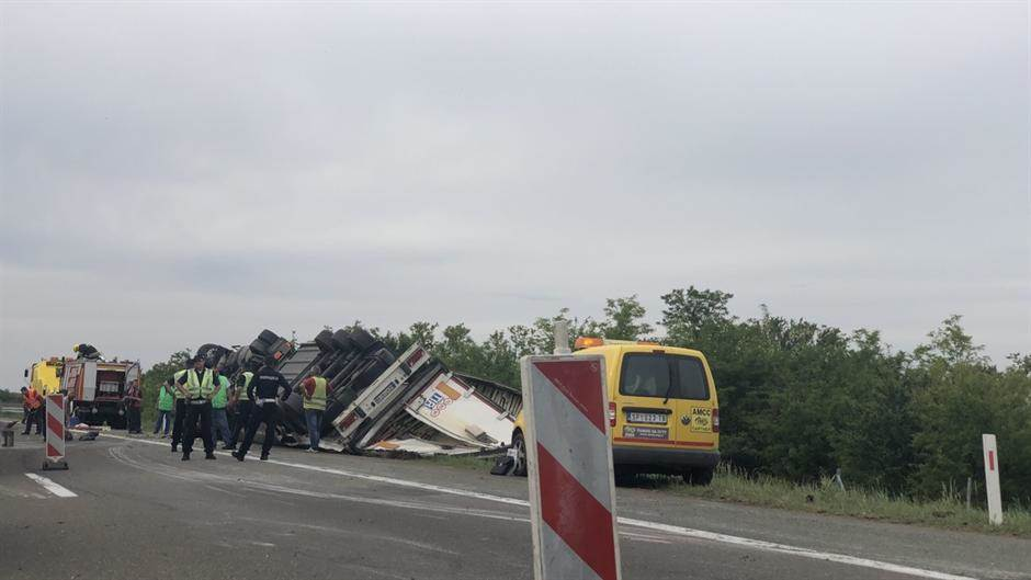 Prevrnuo se šleper, kolone na autoputu (FOTO)
