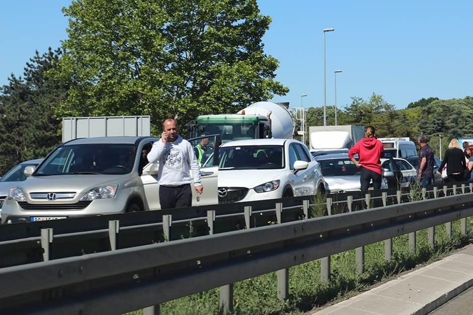 Zbog udesa kilometarska kolona na Novom Beogradu FOTO
