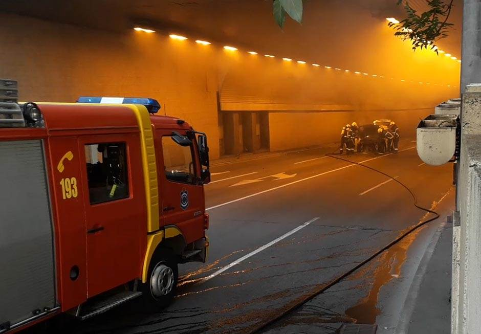 Automobil buktinja u tunelu, kolaps u centru Beograda
