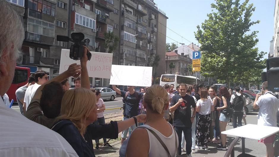 Protest ispred Prve gimnazije: Ne damo1/3! (VIDEO)