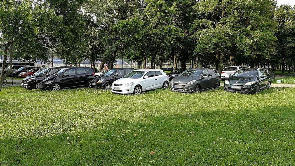 parking zelena površina, automobili na zelenoj površini, trava parking