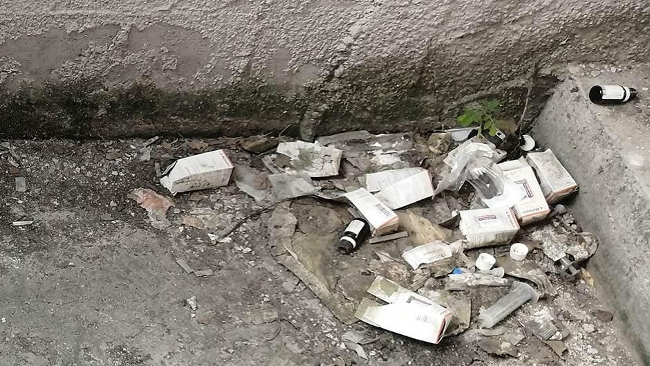 UŽAS u ZGRADI: Igle, špricevi, niko da počisti (FOTO)