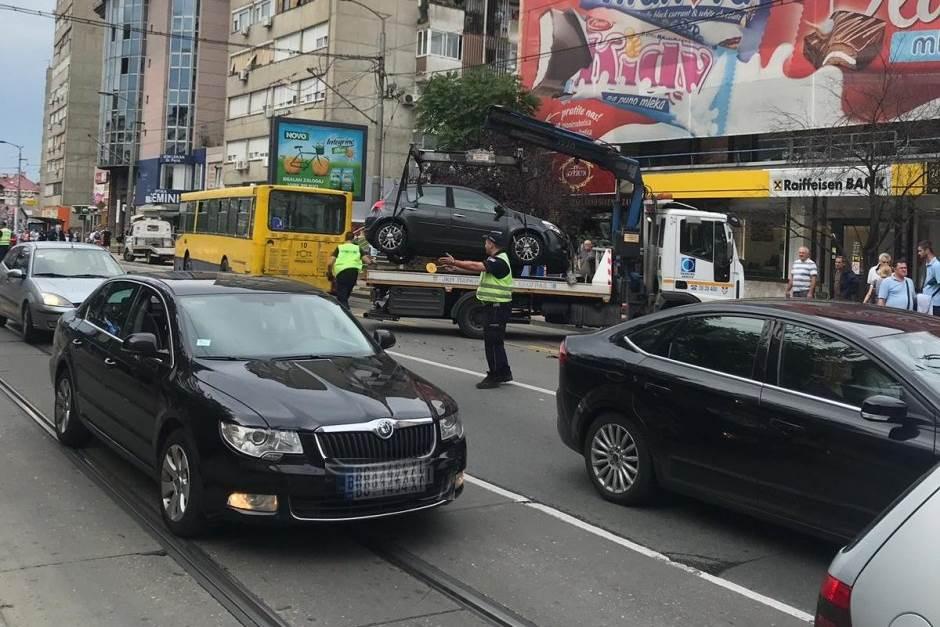 Stoje tramvaji u Požeškoj! Automobil udario u bus VIDEO