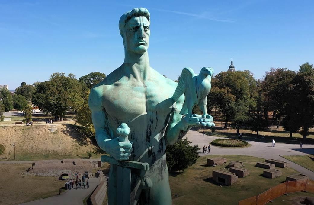 Pratite Uzivo Spustanje Skulpture Pobednika Na Kalemegdanu Mondo