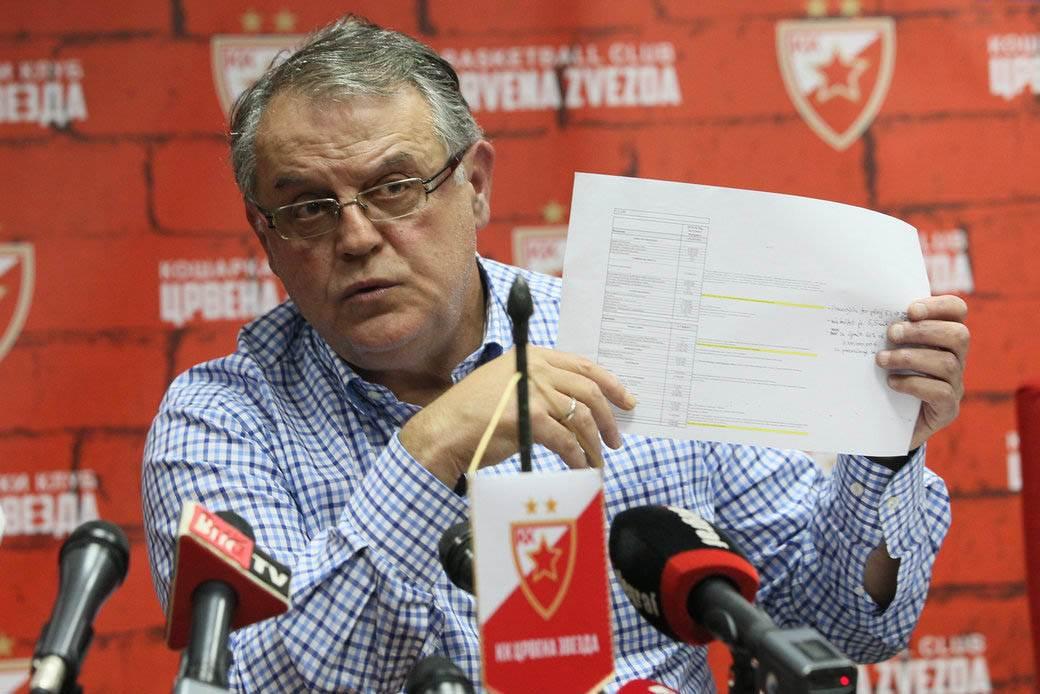 Predsednik Crvene zvezde Nebojša Čović pokazuje dokument sedi u prostorijama kluba