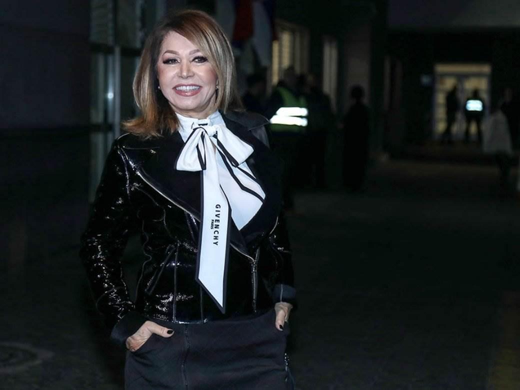 neda ukraden u lakovanoj crnoj jakni sa belom givenchy maramom