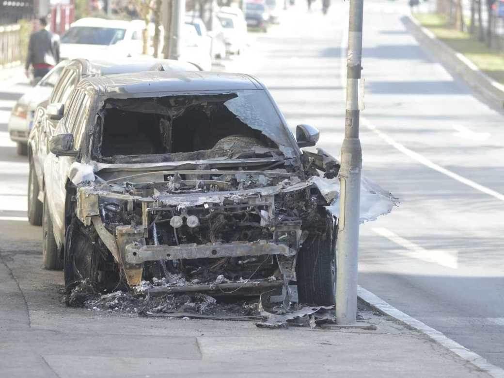 zapaljen džip automobil
