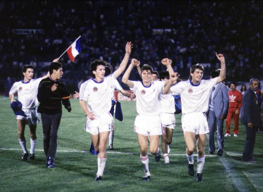Ranko Zirojević, Branko Brnović, Zvonimir Boban i Robert Jarni proslavljaju titulu juniorskog prvaka sveta u Santijagu.