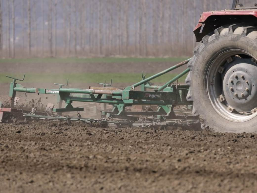 njiva traktor.jpg
