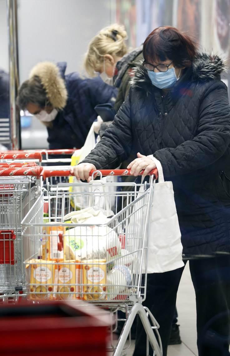 penzioneri koronavirus korona virus kupovina prodavnica mondo goran sivački (5).jpg