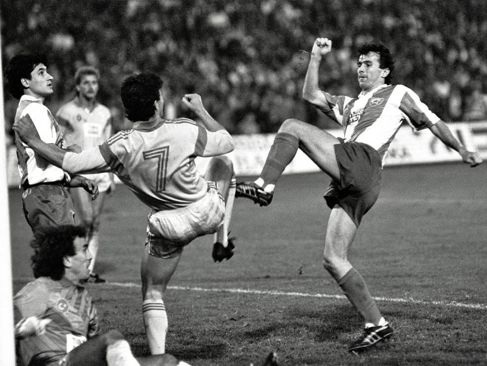 Crvena Zvezda - Galatasaraj 2:0, septembar 1989. Dejan Savićević i Darko Pančev ispred Zorana Simovića.