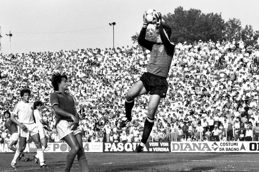 Zoran Simović pred golom olimpijske reprezentacije Jugoslavije u utakmici protiv Italije u Padovi, jun 1983.