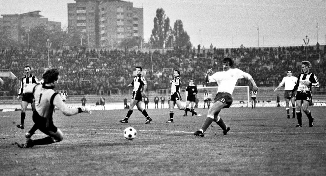 Partizan - Hajduk 2:3, 28. oktobar 1981. Dušan Pešić, fudbaler Hajduka, i Ranko Stojić, golman Partizana. Iza njih Slobodan Rojević, Miodrag Ješić, Dragan Mance i Miodrag Radović.