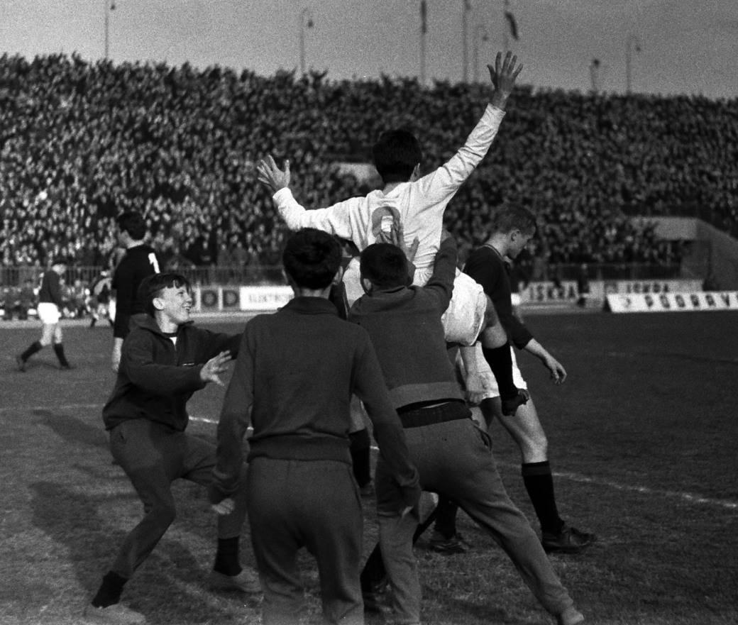 Mustafa Hasanagić slavi gol - Kup šampiona: Partizan - Sparta Prag 5:0. Beograd, 09. mart 1966.