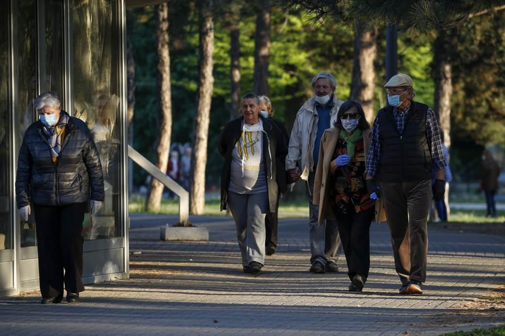 penzioneri u šetmji policijski čas korona mondo goran sivački (29).jpg