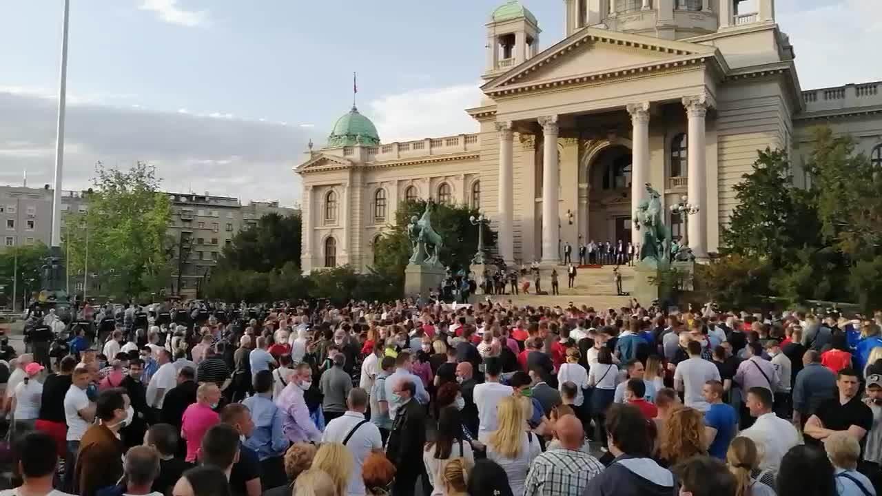 Okupljanje ispred skupštine (INFO)