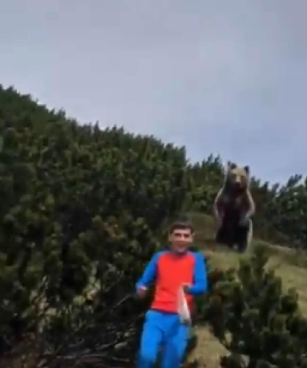 dečak i medved.jpg