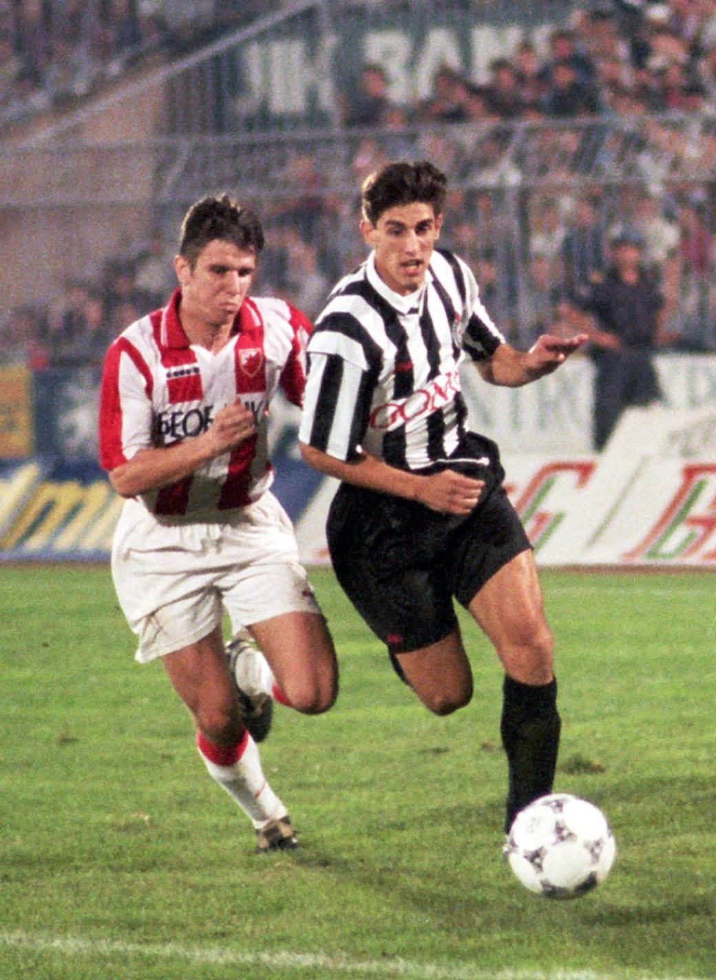 Veljko Paunović prolazi pored Mitka Stojkovskog na 97. večitom derbiju (Partizan - Crvena zvezda 1:1, 24. septembar 1994. godine).