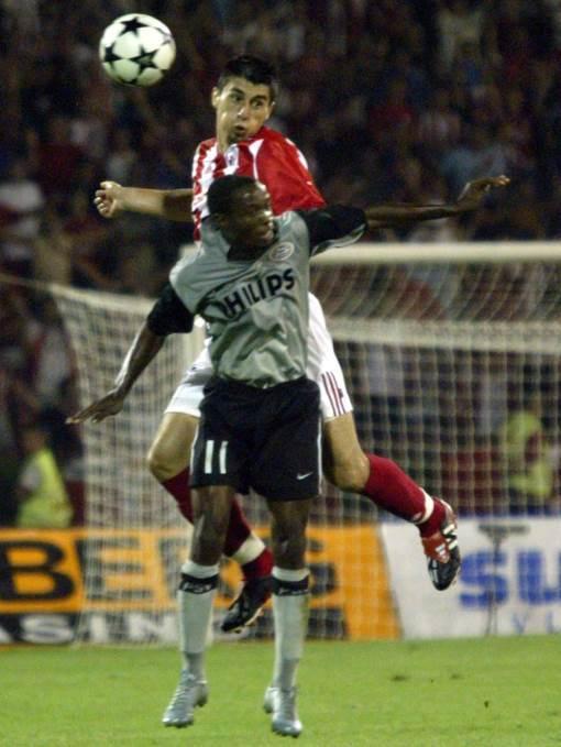 Milan Biševac u duelu protiv Damarkusa Bizlija iz PSV Ajndhovena, 2004.