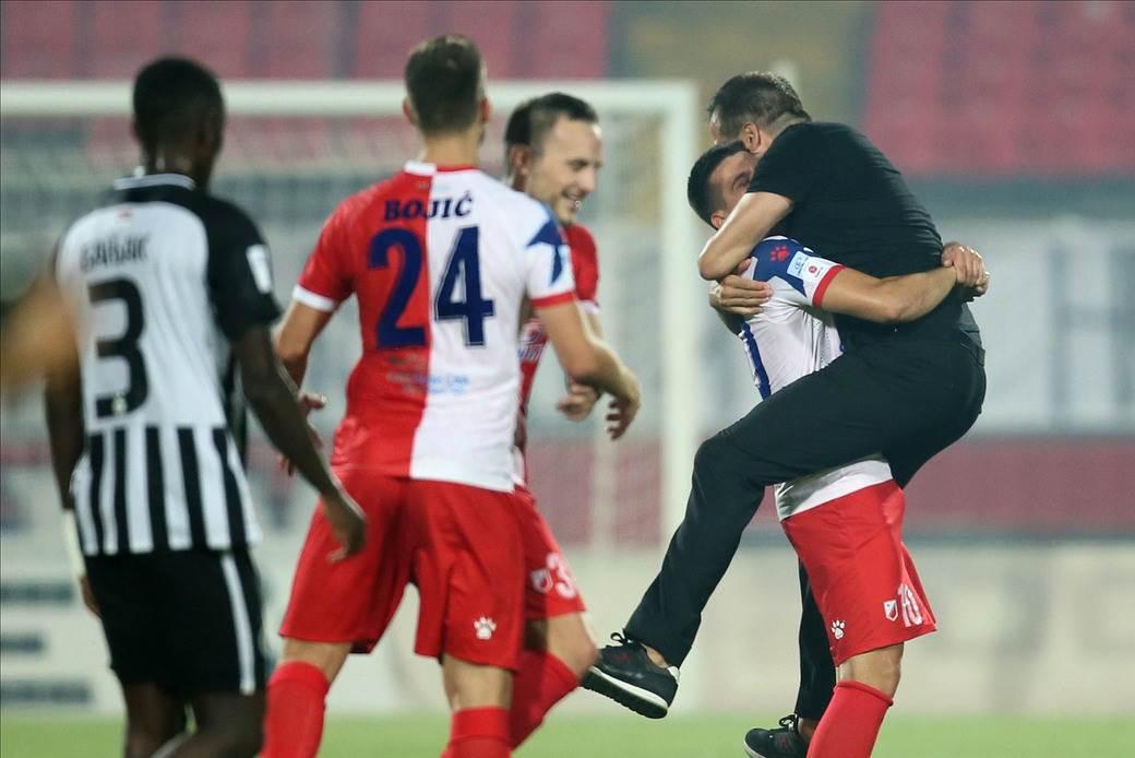 Nenad Lalatović slavi sa igračima.