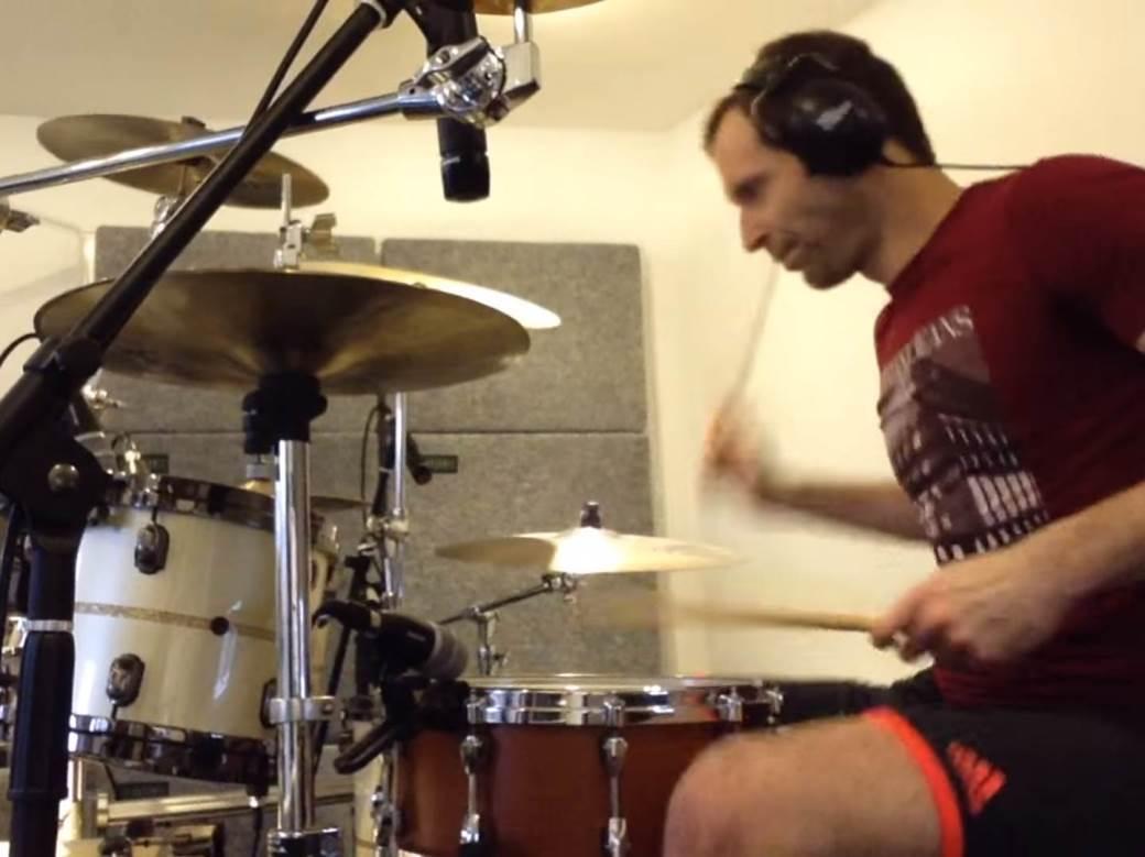 Petr Čeh svira bubnjeve