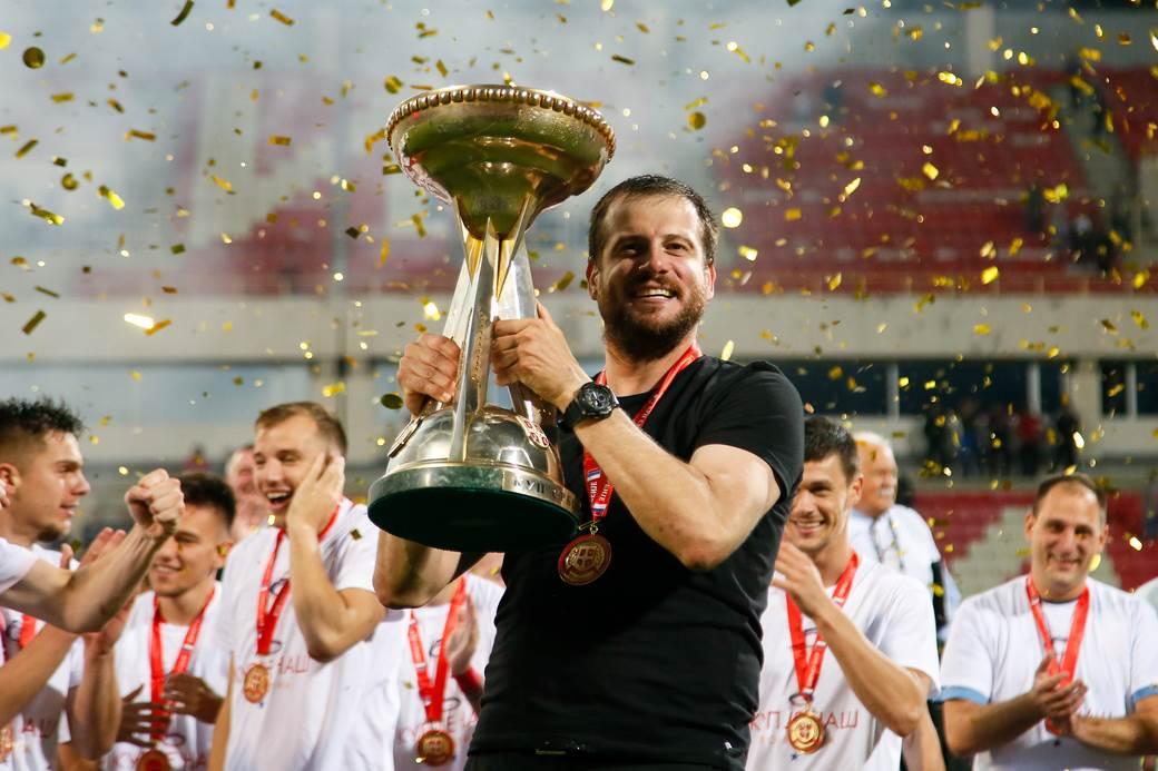 Nenad Lalatović sa trofejom Kupa Srbije.