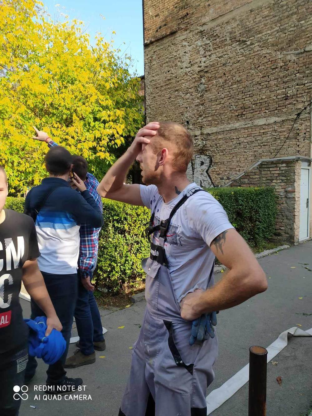 Moler Pavle, muskarac u radnom odelu se drzi za glavu