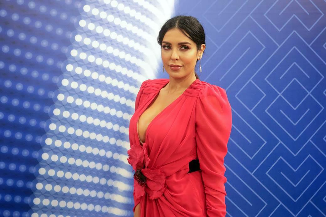 OGROMAN DEKOLTE TANJE SAVIĆ: Pevačica oduzima dah u ovoj haljini | Foto
