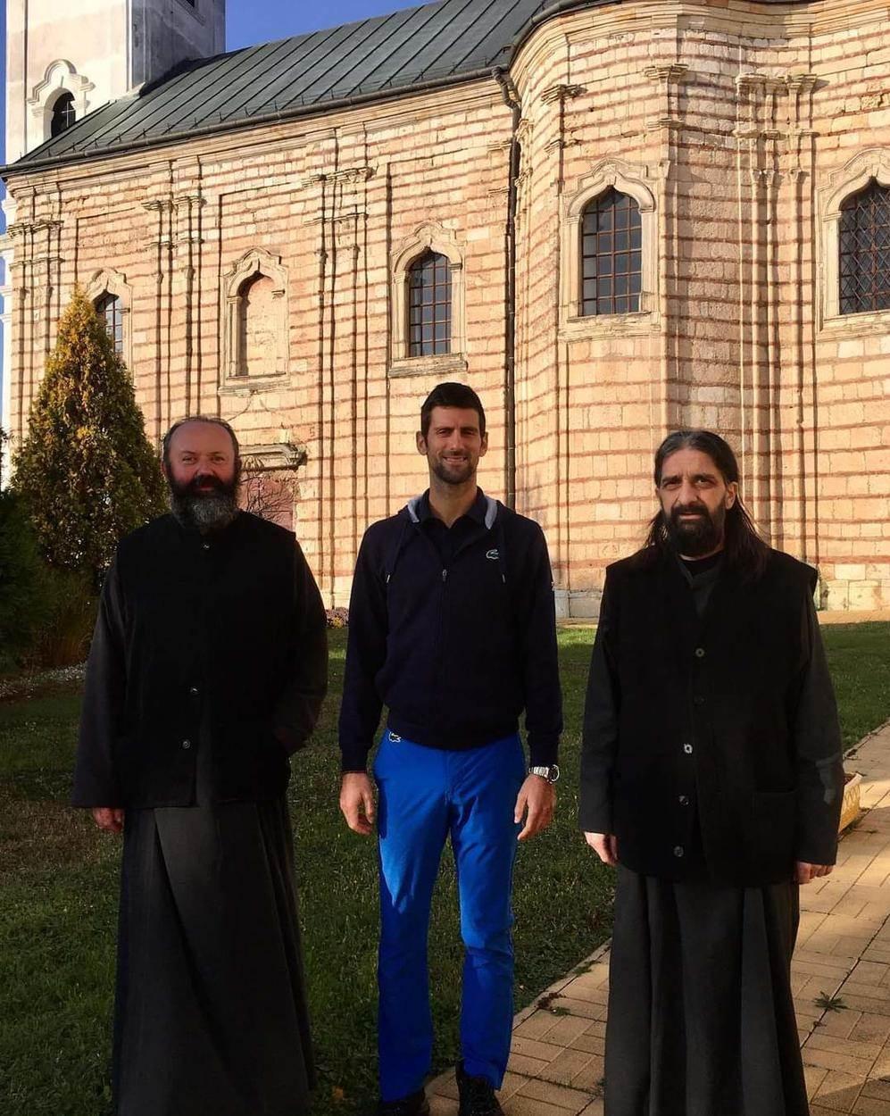 Novak Đoković sa monasima ispred manastira na Fruškoj Gori