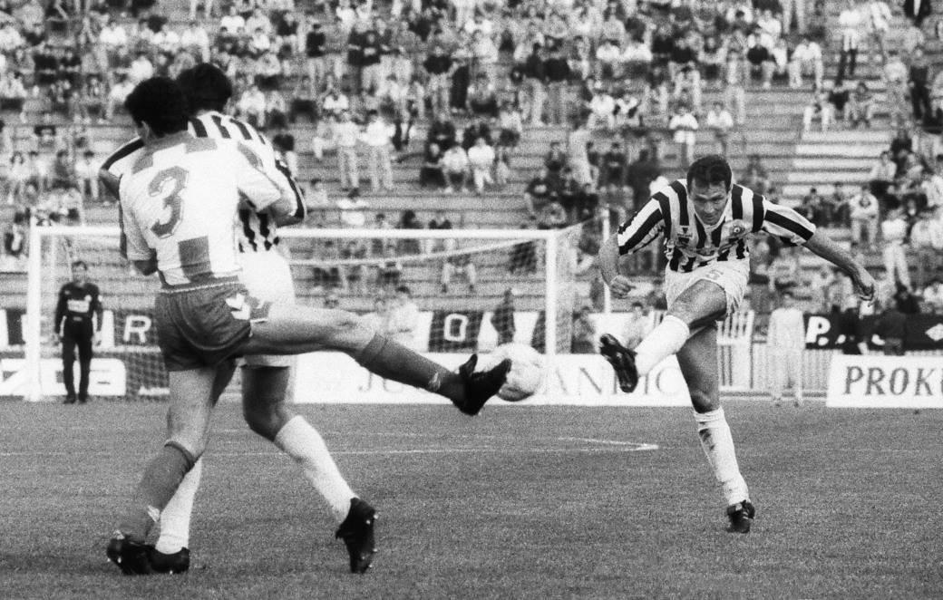 Budimir Vujačić daje gol protiv Zvezde u finalu Kupa