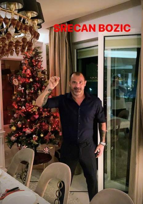 Dejan Stanković stoji u stanu pored jelke skupljena tri prsta