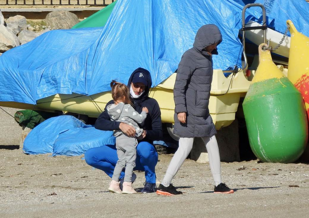 PAPARACO – IOKOVI ENJOY THE BEACH IN THE MIDDLE OF WINTER: See how Novak spends time with Jelena and the children!  (PHOTO)