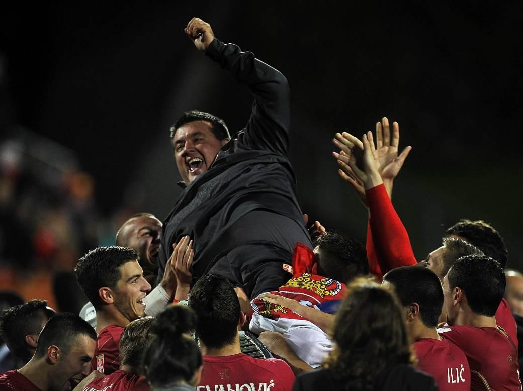 Milan Kosanović sa U20 reprezentacijom Srbije slavi osvajanje Mundijalita.