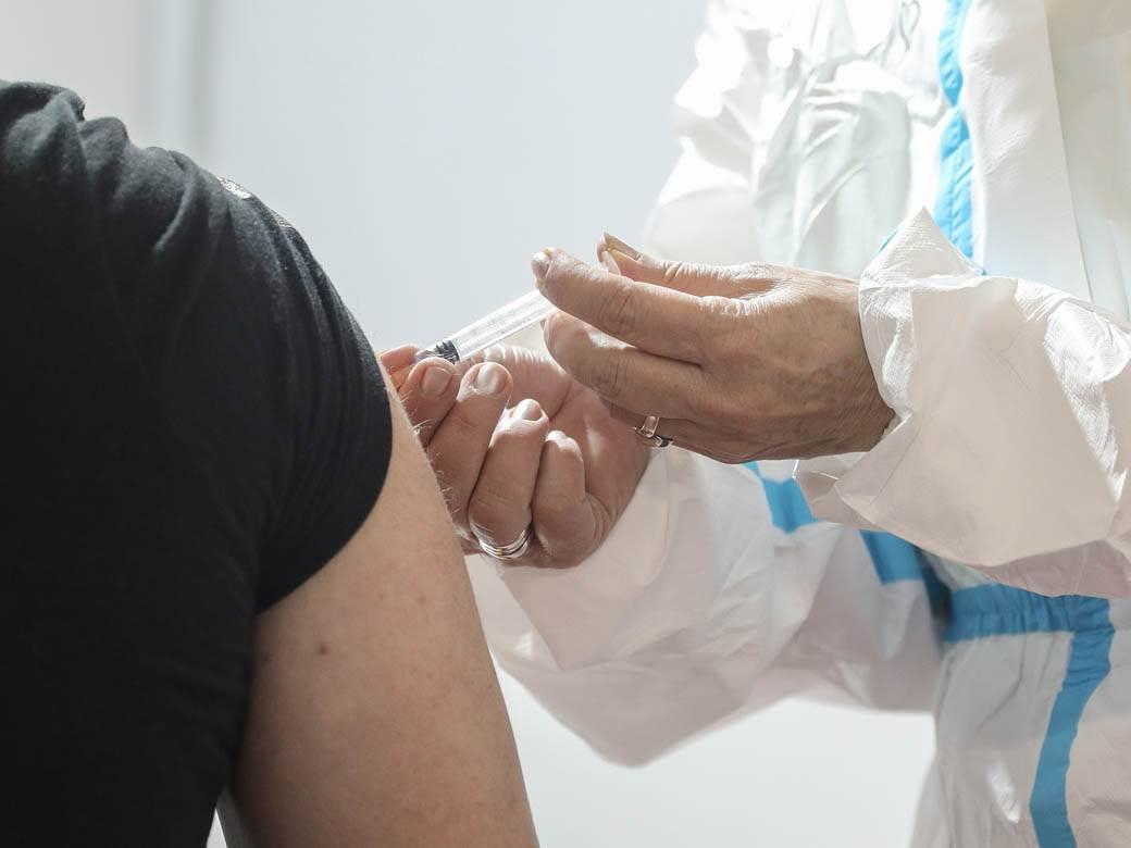 covek prima vakcinu