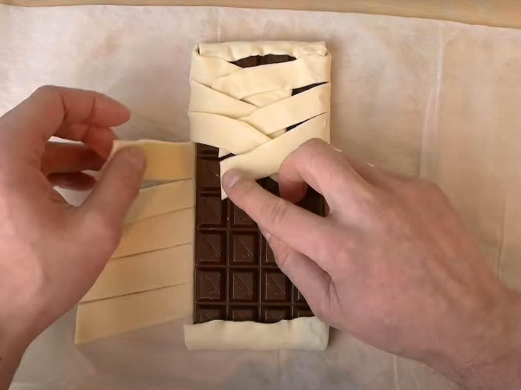 covek pravi pletenicu od cokolade i lisnatog testa